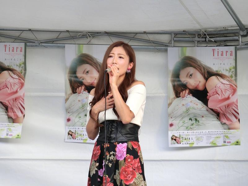 ファンを前にライブを行った花柄スカートの歌手活動中のティアラ