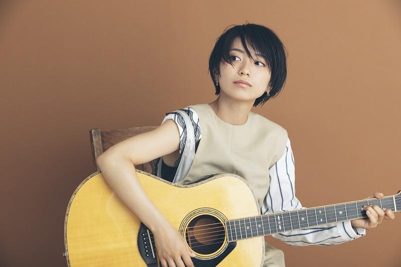 ギターを抱えるmiwaの写真
